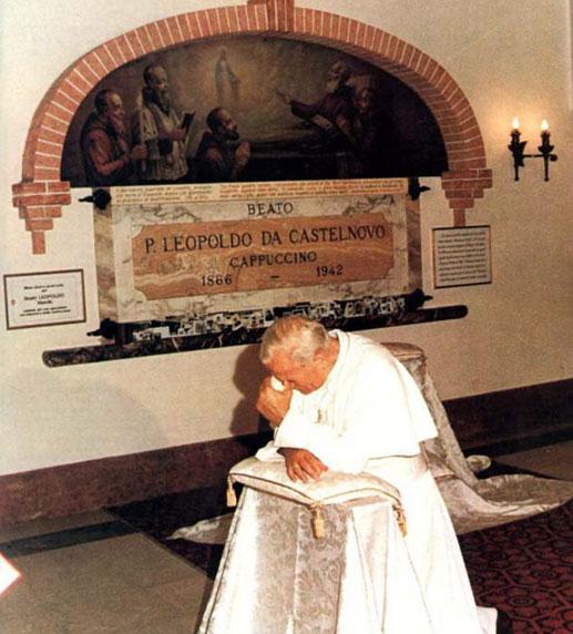Papa ispred groba sv Leopolda Mandića