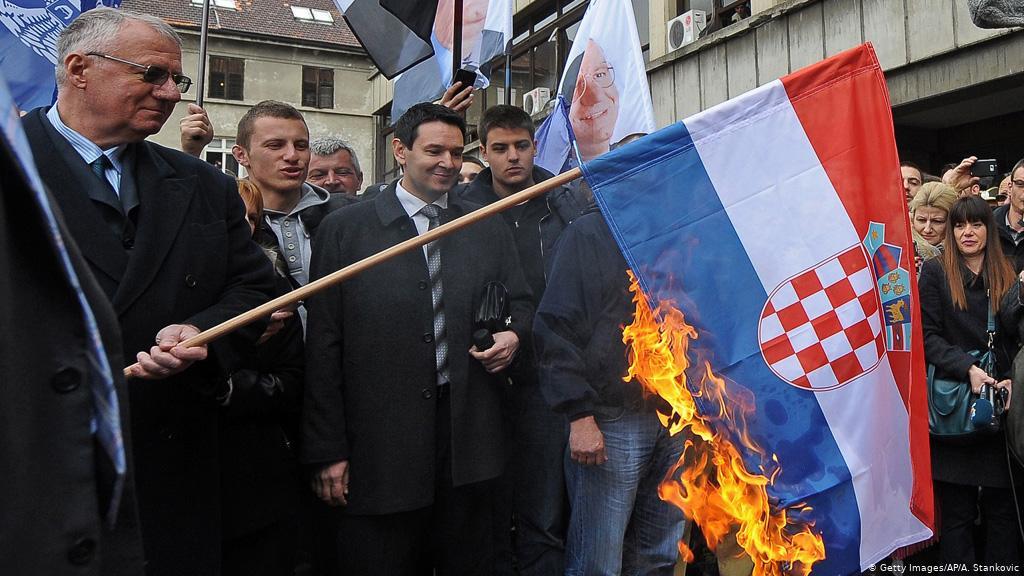 Šešelj pali zastavu