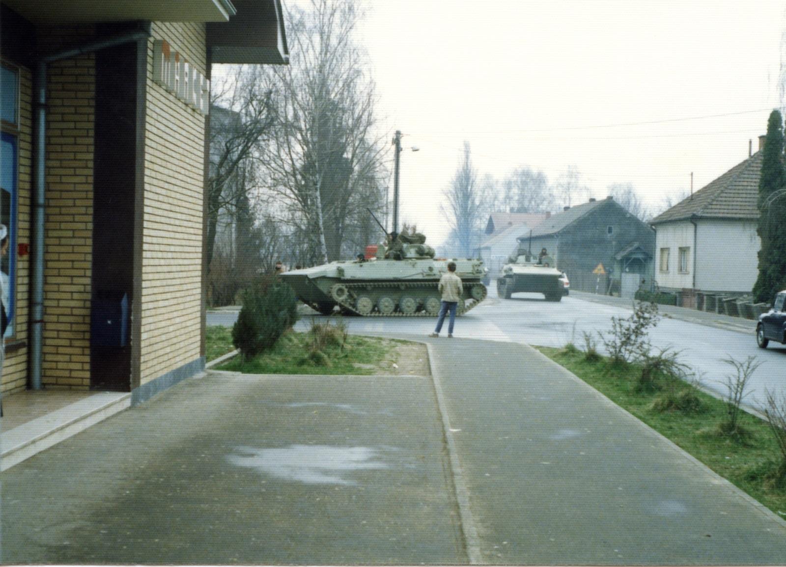 Tenkovi_na_pakrackim_ulicama_-_AGS