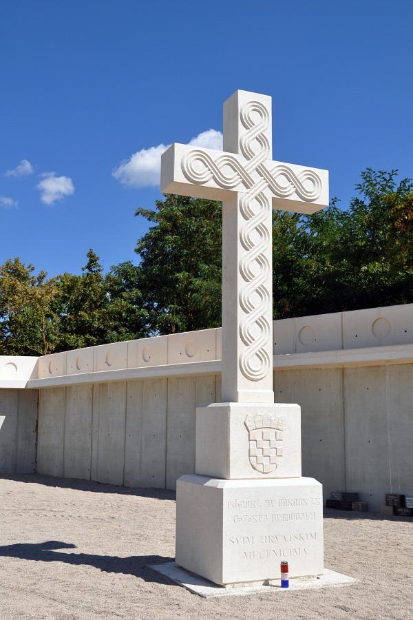 Vukovarski križ Šime Vidulina u Memorijalnom parku